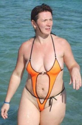 fille moche en maillot de bain