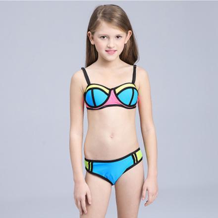 fille de 12 ans en bikini